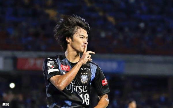 川崎の大卒ルーキー・三笘はC大阪相手に、公式戦5試合連続ゴールを決めた=共同