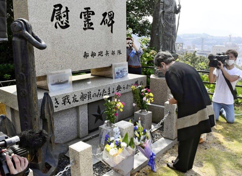 学童疎開船「対馬丸」撃沈から76年となり、慰霊碑に焼香する参列者(22日、広島市)=共同