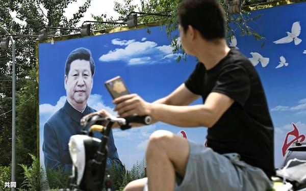 北京市内に掲げられた習近平氏の写真=共同