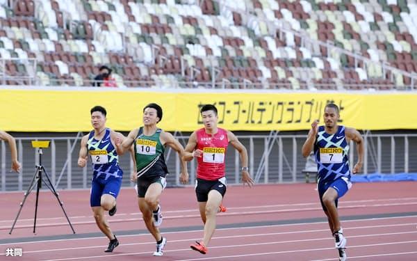 男子100メートル決勝 10秒14で優勝した桐生祥秀(左から3人目)。新型コロナ感染防止のため無観客で行われた(23日、国立競技場)=共同