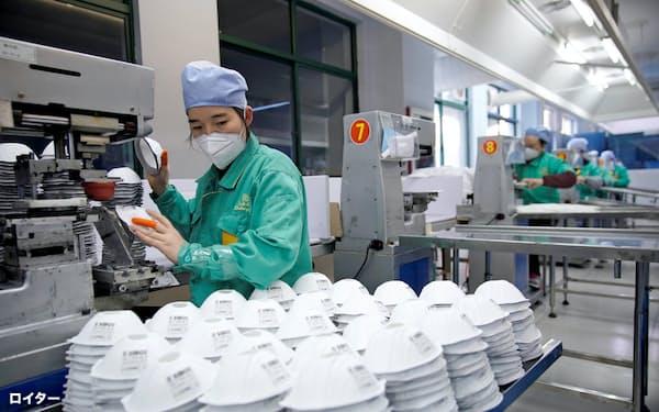 医療品の中国依存が進む(上海のマスク工場)=ロイター