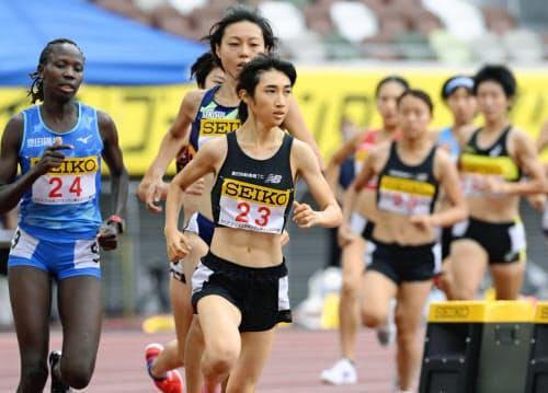 女子1500メートル 力走する田中希実(手前)。4分5秒27の日本新記録をマークして優勝した(23日、国立競技場)=共同