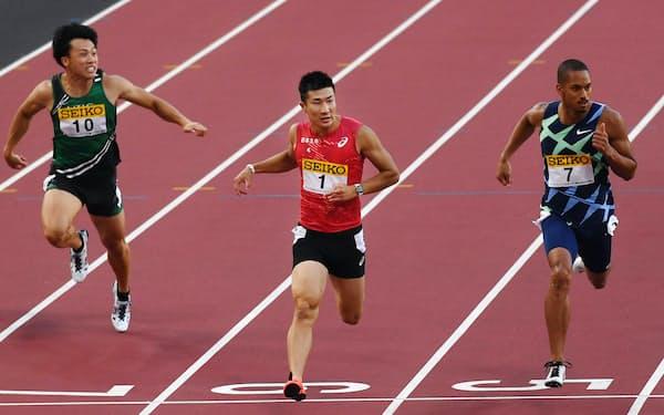 男子100メートルで優勝した桐生(中央)