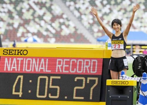 女子1500メートルで4分5秒27の日本新記録をマークし、喜ぶ田中=共同