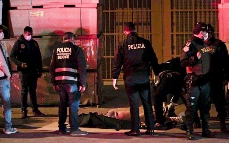 13人が圧死したとされるナイトクラブ(23日、リマ郊外)=AP