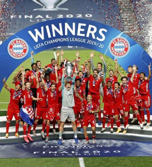 欧州チャンピオンズリーグ優勝でトロフィーを掲げるノイアー(中央)らバイエルン・ミュンヘンの選手たち(23日、リスボン)=ロイター