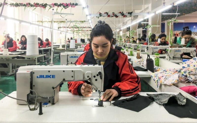 中国政府は新疆ウイグル自治区のウイグル族に縫製などの強制労働を強いているとされる。写真は同自治区カシュガル地区の訓練学校で縫製を学ぶウイグル族の女性たち=ロイター