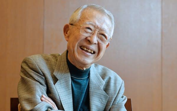 インタビューに答える山崎正和さん(2015年10月)