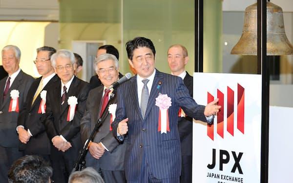 第2次安倍内閣の発足後、日経平均株価は2.2倍になった(2013年12月、東証の大納会で挨拶する安倍首相)