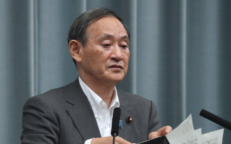 記者会見する菅官房長官(24日午前、首相官邸)