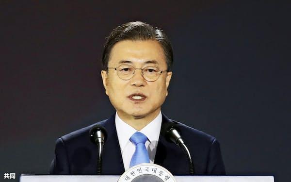 「光復節」の式典で、演説する韓国の文在寅大統領=15日、ソウル(共同)