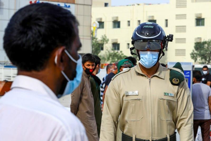 スマートヘルメットを装着した警察官が体温を監視する(ドバイ、4月)=ロイター