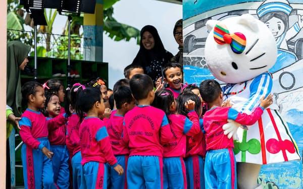「質の高い教育」に関する動画でインドネシアの学校を訪問するハローキティ                                                       (C)UNICEF Indonesia/2019/Jimmy Kruglinski                                                       (C)'76,'20 SANRIO 著作(株)サンリオ