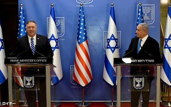 会談後、記者会見に臨むポンペオ米国務長官(左)とイスラエルのネタニヤフ首相(24日、エルサレム)=ロイター