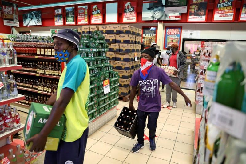 南アフリカでは「禁酒令」が解禁となった6月には多くの人が店を訪れた=ロイター