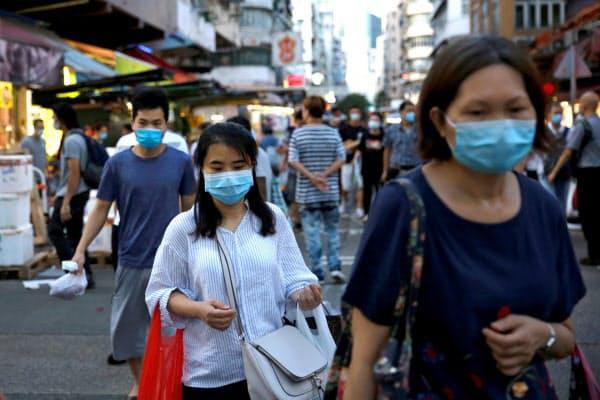 香港では新型コロナの新規感染が続いている=ロイター