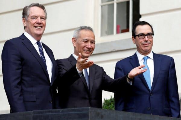 ライトハイザーUSTR代表(左)とムニューシン米財務長官(右)が中国の劉鶴副首相と電話協議した(写真は19年10月)=ロイター