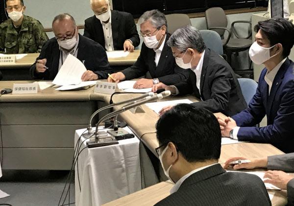 北海道は鈴木直道知事(右)が出席する新型コロナウイルス感染対策の幹部会議を開いた(25日、道庁)