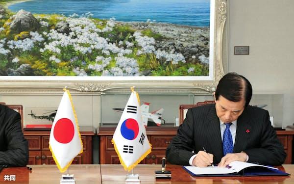 日韓軍事情報包括保護協定(GSOMIA)は曲折を経てきた。2016年11月、協定に署名する長嶺安政駐韓大使(左)と韓民求国防相、ソウル=韓国国防省提供・共同