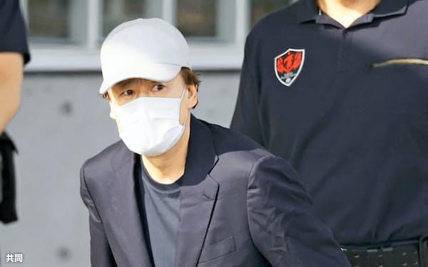 保釈され東京拘置所を出る淡路明人被告(25日午後3時30分)=共同