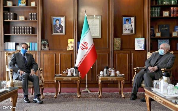 25日、テヘランでザリフ・イラン外相(右)と会談するグロッシIAEA事務局長=ロイター