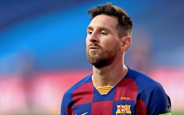 バイエルン・ミュンヘンに2-8で惨敗した欧州チャンピオンズリーグ準々決勝で浮かない表情のバルセロナのメッシ(14日、リスボン)=ロイター