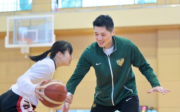 筑波大卒業後、全国屈指の進学校の女子バスケ部を指導したことがコーチ人生の原点だ