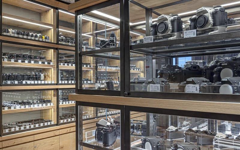 北村写真機店(東京・新宿)には5000種類の中古カメラが並ぶ