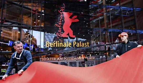 第70回ベルリン国際映画祭でレッドカーペットを準備する作業員(2月、ベルリン)=AP