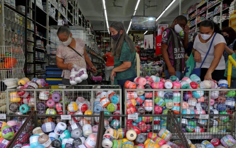 マスクを着けて買い物するブラジル・サンパウロ市民=ロイター