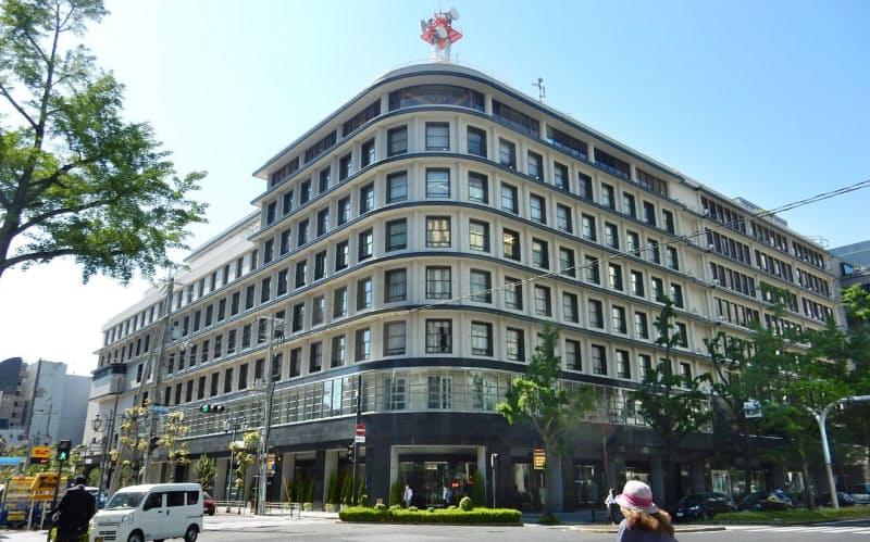 ガスビルの全景。南側半分は1933年当時からの建物。南東角は曲面を描く(大阪市中央区)
