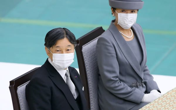 全国戦没者追悼式に参列した天皇、皇后両陛下(15日午前、東京都千代田区の日本武道館)