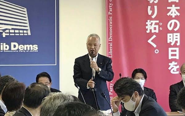 自民党の新国際秩序創造戦略本部の会合であいさつする甘利座長(26日、党本部)