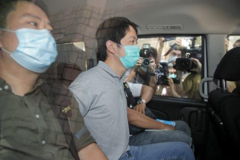 26日、民主派議員の許智峯氏(中)ら16人が逮捕された=AP