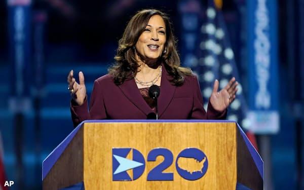 民主党全国大会で副大統領候補に正式指名されたハリス氏=AP