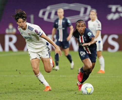 サッカー欧州女子CL準決勝 パリSG戦で競り合うリヨンの熊谷=左(26日、ビルバオ)=AP