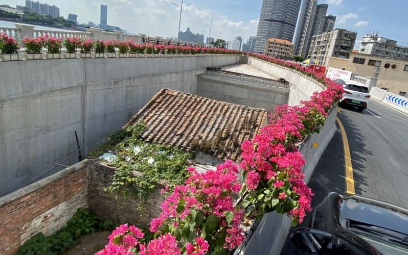 民家を避けるように建設された橋が話題を呼んでいる(8月10日、広州市)