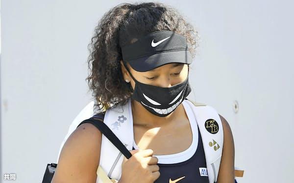 テニスのウエスタン・アンド・サザン・オープン女子シングルス準々決勝で勝利し、引き揚げる大坂なおみ。黒人男性銃撃に抗議し準決勝を棄権することを明らかにした=26日、ニューヨーク(共同)