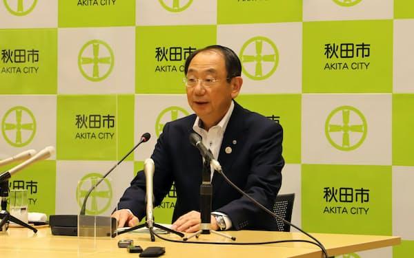 補正予算案を説明する秋田市の穂積志市長(27日、秋田市役所)