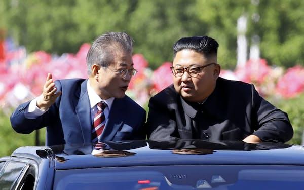 韓国の革新層はとりわけ民族主義が強い。2018年9月、平壌で会談した韓国の文在寅大統領(左)と北朝鮮の金正恩委員長=平壌写真共同取材団撮影