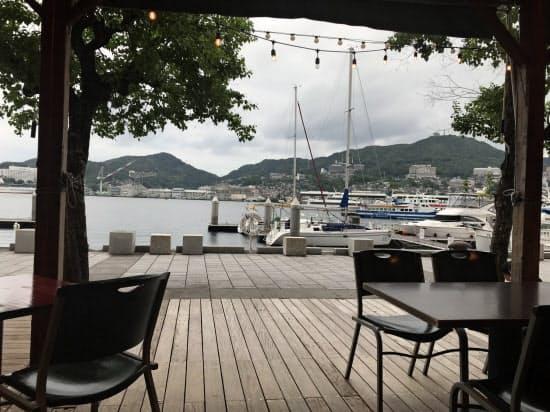 朝食会場の出島ワーフ。海との距離が近く対岸の風景も楽しめる(長崎市)