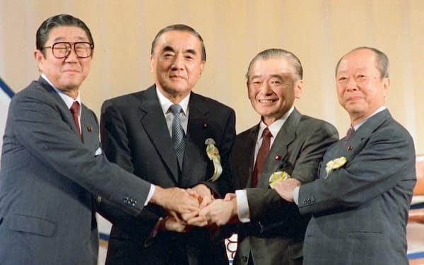 1987年、竹下新総裁(左から3人目)を決め握手する(左から)安倍、中曽根、宮沢の各氏=東京・日比谷公会堂