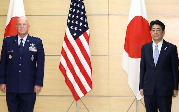 会談を前に米宇宙軍のレイモンド作戦部長(左)と記念撮影に納まる安倍首相(27日、首相官邸)