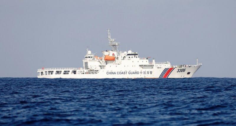 海上をパトロールする中国海警局の船(2017年4月)=ロイター