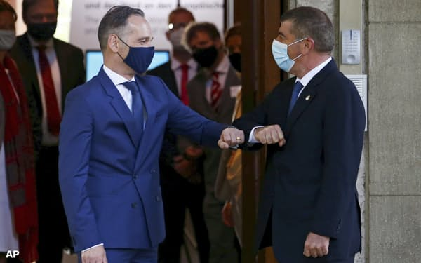 EU外相会合に臨むドイツのマース外相(左)とイスラエルのアシュケナジ外相(27日、ベルリン)=AP