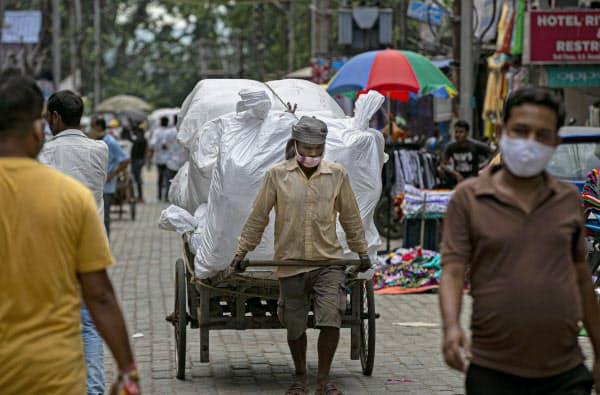 インドは新規感染者が1日で8万5000人を超えた(27日、北東部アッサム州)=AP