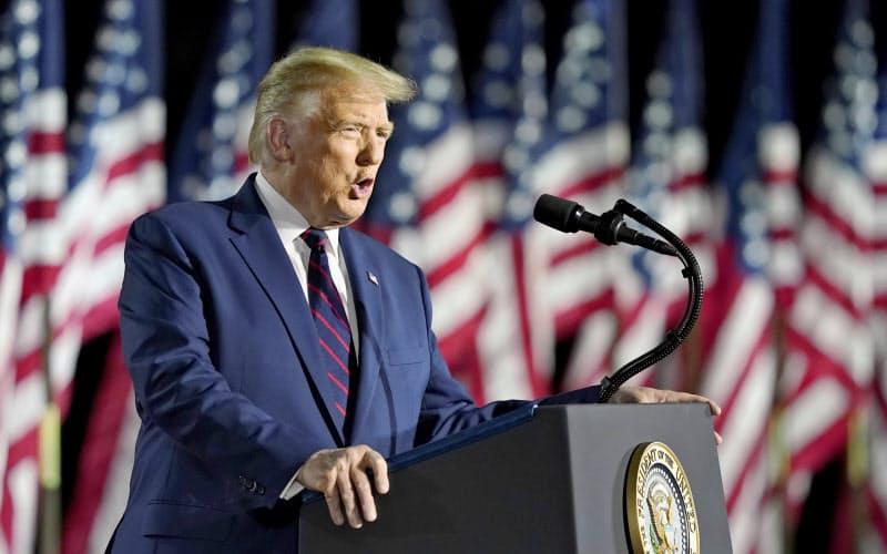 大統領候補指名の受諾演説をするトランプ氏(27日、ホワイトハウス)=AP