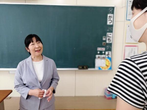 今里小学校の山口校長は「女性教員の働き方にも配慮したい」と話す(大阪市)