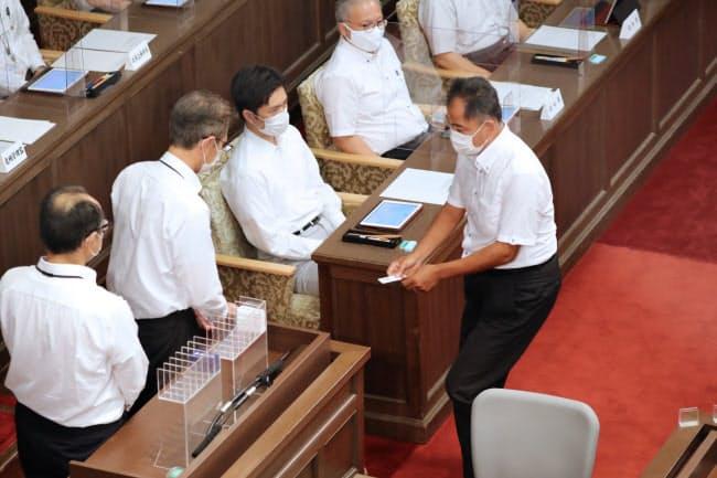 大阪都構想の制度案を採決する大阪府議会の臨時議会(28日、大阪市中央区)