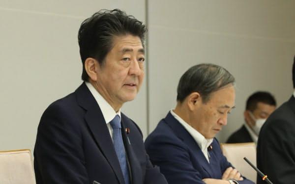 新型コロナウイルス感染症対策本部の会合に出席した安倍首相(28日、首相官邸)